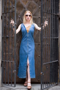 Niebieska sukienka Marco Diamanti z dekoltem w kształcie litery v z jeansu maxi