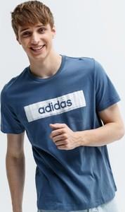 Niebieski t-shirt Adidas z krótkim rękawem w młodzieżowym stylu