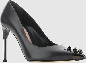 Czarne szpilki Alexander McQueen na szpilce ze spiczastym noskiem