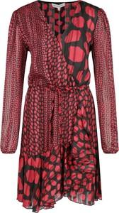 Sukienka Silvian Heach z dekoltem w kształcie litery v z długim rękawem