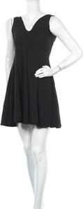 Czarna sukienka Uniq z dekoltem w kształcie litery v