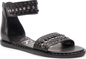 Sandały Carinii z płaską podeszwą w stylu casual ze skóry
