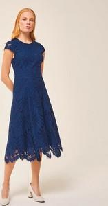 Niebieska sukienka Ivy & Oak midi z okrągłym dekoltem