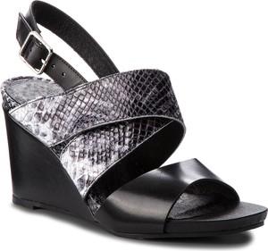 Czarne sandały Gino Rossi na koturnie na wysokim obcasie w stylu casual