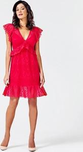 Różowa sukienka Guess w stylu casual