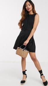 Czarna sukienka Asos baskinka