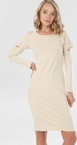 Sukienka born2be z długim rękawem dopasowana z okrągłym dekoltem