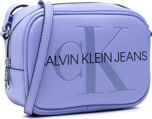 Niebieska torebka Calvin Klein w młodzieżowym stylu na ramię ze skóry