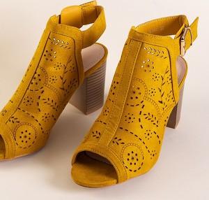 Żółte sandały Royalfashion.pl na obcasie z klamrami