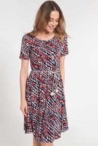 Sukienka QUIOSQUE z krótkim rękawem w stylu casual