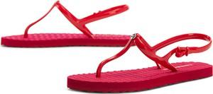 Czerwone sandały Tommy Hilfiger z klamrami z płaską podeszwą w młodzieżowym stylu