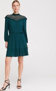 Zielona sukienka Reserved rozkloszowana z długim rękawem mini