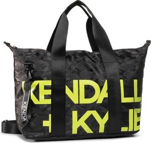 Czarna torebka Kendall+Kylie z nadrukiem w młodzieżowym stylu
