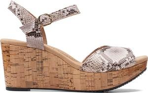 Brązowe sandały Clarks z klamrami na platformie