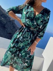Sukienka ModnaKiecka.pl z szyfonu midi z dekoltem w kształcie litery v