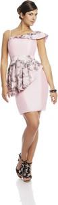 Różowa sukienka Fokus mini dopasowana w stylu glamour