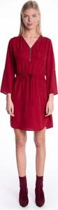 Czerwona sukienka Gate z dekoltem w kształcie litery v koszulowa z długim rękawem