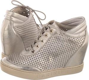 Sneakersy Carinii w młodzieżowym stylu ze skóry sznurowane