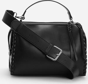 Czarna torebka Reserved ze skóry lakierowana na ramię