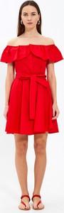 Czerwona sukienka Gate z odkrytymi ramionami z krótkim rękawem mini