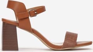 Brązowe sandały Multu z klamrami ze skóry na słupku