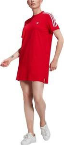 Czerwona sukienka Adidas z okrągłym dekoltem