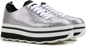 Srebrne buty sportowe Prada sznurowane na platformie w młodzieżowym stylu