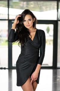 Czarna sukienka MERRIBEL z dekoltem w kształcie litery v z długim rękawem