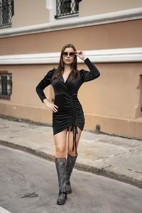 Czarna sukienka Dreskot w stylu casual z dekoltem w kształcie litery v z długim rękawem