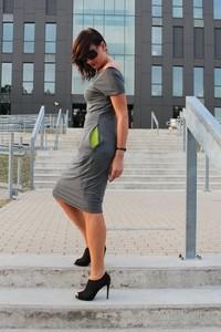 Sukienka Szarymary midi w sportowym stylu ołówkowa