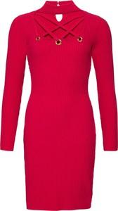 Czerwona sukienka bonprix BODYFLIRT boutique z dekoltem typu choker z długim rękawem w stylu casual