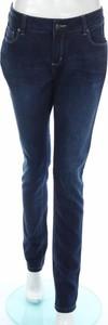 Niebieskie jeansy Faye Browne w street stylu