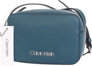 Niebieska torebka Calvin Klein średnia na ramię