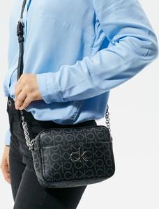 Czarna torebka Calvin Klein w stylu glamour lakierowana