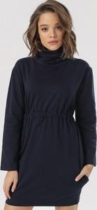 Granatowa sukienka born2be z golfem mini z długim rękawem