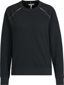 Czarna bluza Tommy Hilfiger w młodzieżowym stylu