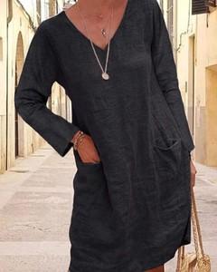 Czarna sukienka Kendallme prosta z lnu z dekoltem w kształcie litery v