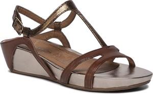 Brązowe sandały Tamaris na koturnie w stylu casual na średnim obcasie