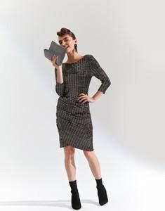 Złota sukienka Top Secret w stylu casual z długim rękawem w geometryczne wzory