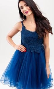 Niebieska sukienka Butik Ecru rozkloszowana na ramiączkach