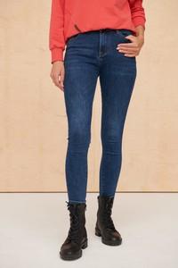 Granatowe jeansy Blue Shadow w street stylu