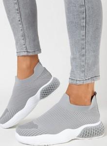 Buty sportowe born2be z płaską podeszwą w sportowym stylu