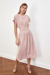 Różowa sukienka Trendyol z okrągłym dekoltem z krótkim rękawem