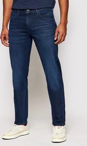 Granatowe jeansy Lee w street stylu