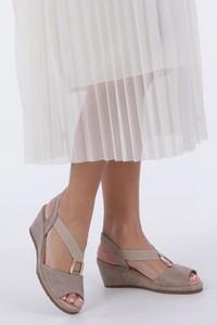 Brązowe sandały Casu na średnim obcasie na koturnie w stylu casual