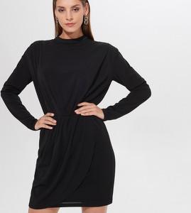 Czarna sukienka Mohito w stylu casual z długim rękawem