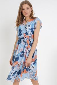 Niebieska sukienka born2be z okrągłym dekoltem trapezowa maxi
