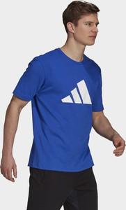 Niebieski t-shirt Adidas Performance w sportowym stylu