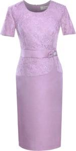 Różowa sukienka Fokus midi dopasowana w stylu glamour