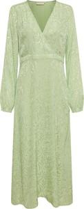 Zielona sukienka Karen by Simonsen z dekoltem w kształcie litery v z długim rękawem